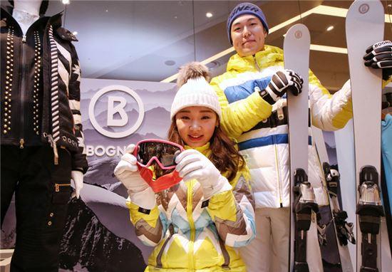 5일 현대백화점 모델이 '보그너' 대표 상품 스키복을 선보이고 있다.