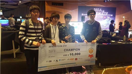 지난 3일 이종호 라온시큐어 선임연구원(왼쪽 두번째) 등 한국 대표팀이 대만 국제해킹대회(HITCON CTF)에서 우승한 뒤 기념 촬영을 하고 있다.