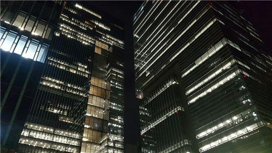 5일 저녁 10시 삼성 서초사옥에서 불켜진 사무실이 유독 눈에 띄었다. <사진=아시아경제>