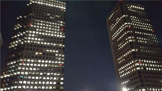 5일 저녁 10시10분 LG그룹 여의도트윈타워 모습. <사진=아시아경제>