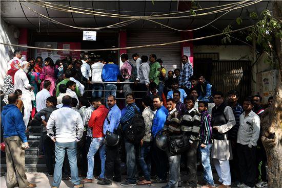 인도 뉴델리 소재 한 은행 지점 앞에서 구권을 신권과 교환하기 위해 몰려든 시민들이 길게 줄 서 있다(사진=블룸버그뉴스).