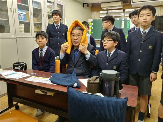 이재정 경기도교육감이 일본 재난안전 교육기관을 방문해 학생들과 재난방재 체험을 하고 있다.