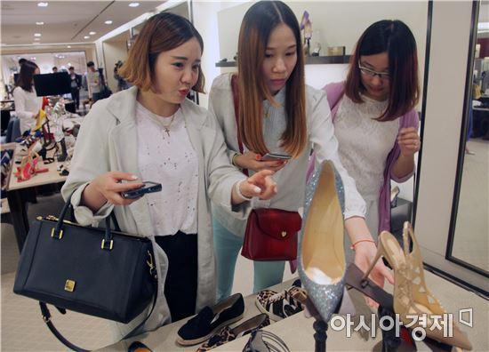 중국인 개별 관광객 '싼커'들이 신세계백화점 강남점에서 쇼핑을 하고 있다.