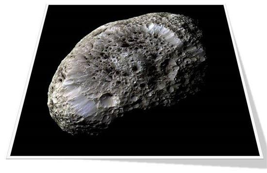 ▲히페리온의 표면에는 파악되지 않은 '어두운 물질'이 존재한다.[사진제공=NASA]