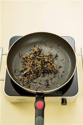 4. 분량의 조림장 재료를 넣어 윤기나게 조린다.  (간장 1.5, 설탕 0.3, 물엿 0.5, 맛술 1, 참기름 약간)