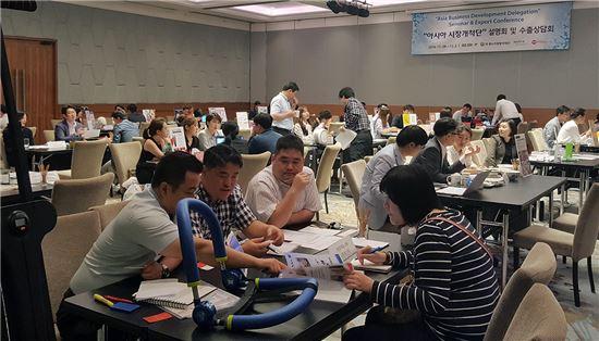 지난달 28일부터 이달 2일까지 태국 방콕에서 열린 아시아 홈쇼핑 진출전략 설명회 및 현지 유통업체 바이어 초청 상담회에서 직원들이 상담을 진행하고 있다.