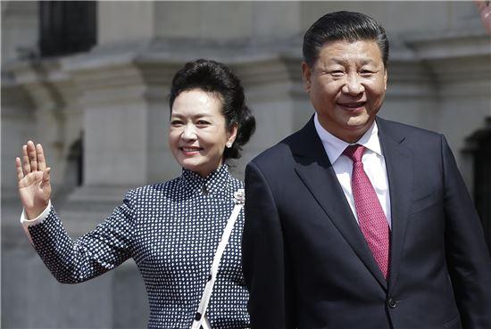 ▲지닌달 21일 페루 리마에서 열린 APEC 정상회담에 참석한 시진핑 중국 국가주석과 펑리위안 여사(사진=AP연합뉴스)