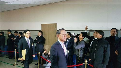 ▲허창수 전경련 회장이 6일 '최순실 국정농단 진상규명'을 위한 국정조사특별위원회 청문회에 참석하고 있다.