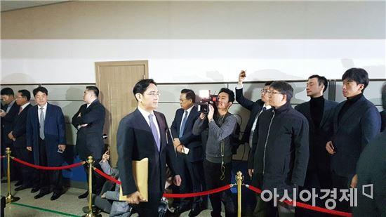 ▲이재용 삼성전자 부회장이 6일 오전 국회 청문회장으로 이동하고 있다. (사진=원다라 기자)