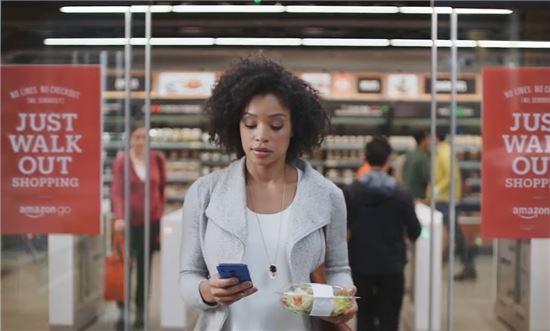 아마존고에서 물건을 구입하려면 스마트폰에 앱을 깔고 매장의 물건을 집어들고 나오기만 하면 된다. (아마존 페이스북 캡처)