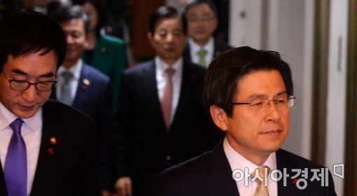 [포토]국무회의 참석하는 황교안 총리