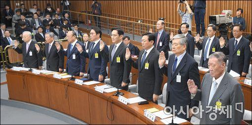 6일 '최순실 게이트' 국정조사특위 청문회에 참석한 대기업 회장들이 증인 선서를 하고 있다.