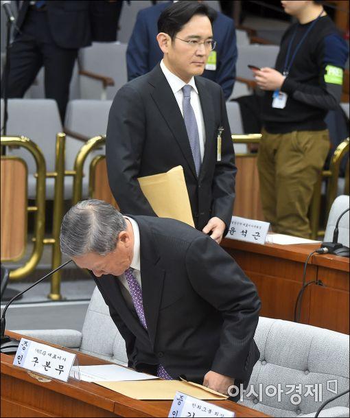 [포토]자리에 앉기 위해 허리 숙인 구본무 LG그룹 회장