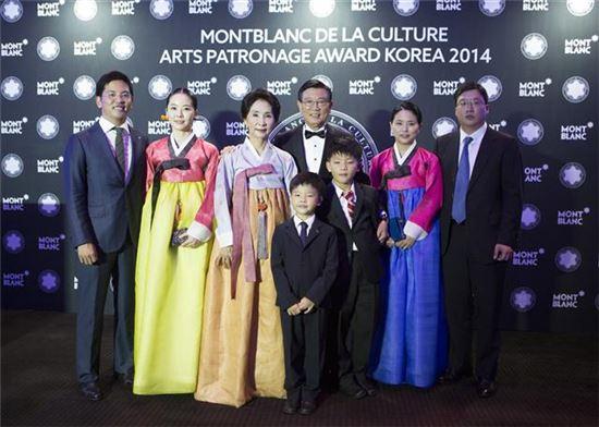 지난 2014년 몽블랑 문화예술 후원자상 받은 후 박삼구 회장 가족들이 찍은 기념사진. 박삼구 회장(가운데)과 부인 이경열씨(왼쪽에서 세번째), 박세진씨(오른쪽에서 두번째).