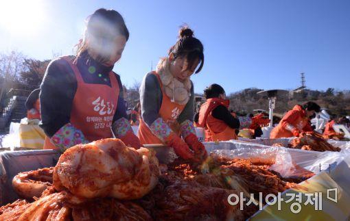 [포토]한돈과 함께하는 북한이탈주민 김장나눔