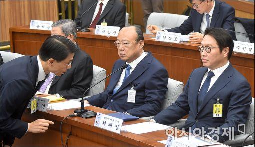[포토]보고 받는 최태원 SK 회장