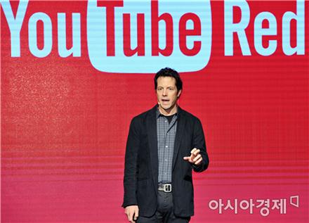 아담 스미스 유튜브 프로덕트 매니지먼트 부사장이 '유튜브 레드'에 대해 소개하고 있다.