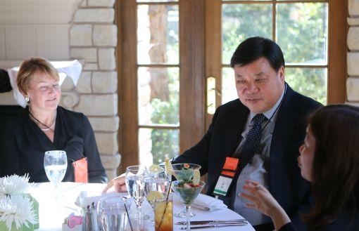 서정진 셀트리온그룹 회장이 5일(현지시각) 미국 라스베가스에서 열린 램시마 런칭행사에 참석해 관계자들과 지속적인 협력관계를 약속하고 있다.