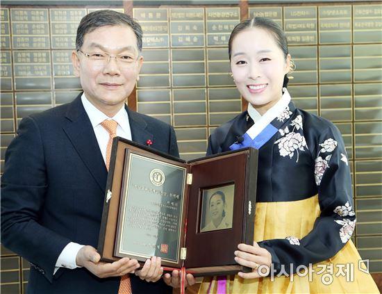 전남도교육청(교육감 장만채, 왼쪽)은 6일 본청에서 국악인 박애리 씨를 교육기부헌액자로 선정하고 헌액식을 가졌다.