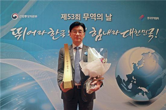 ㈜짐월드 박기영 대표가 무역의 날 '1천만불 수출의 탑'을 수상한 후 기념 촬영을 하고 있다.
