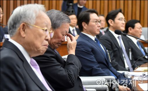 [포토]전경련 탈퇴의사 밝힌후 고개숙인 구본무 LG 회장