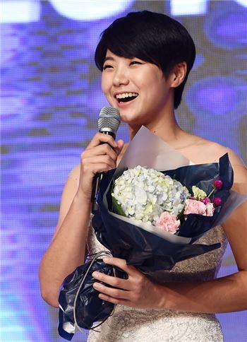 박성현이 KLPGA 대상 시상식에서 5관왕에 오른 뒤 수상 소감을 말하고 있다.