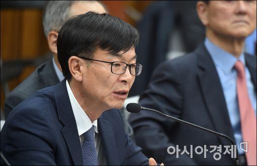 [포토]답변하는 김상조 교수