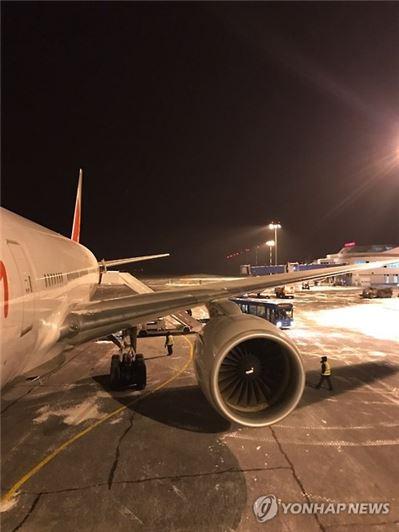 지난 5일 인천을 출발해 영국 런던으로 가던 아시아나항공 소속 여객기가 엔진 화재 경보로 러시아 우랄산맥 인근 공항에 비상착륙했다. 비상착륙한 아시아나항공 B777기.