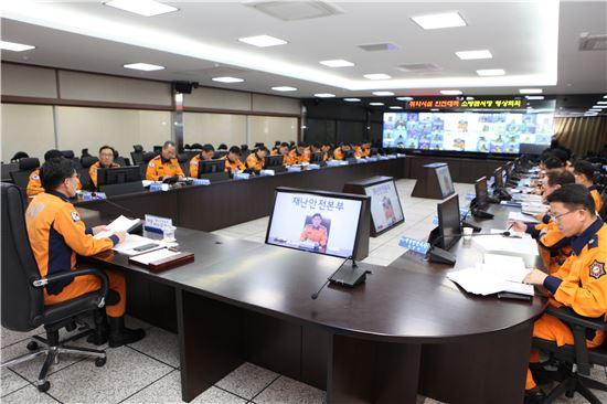강태석 경기도재난안전본부장이 화상회의를 주재하고 있다.