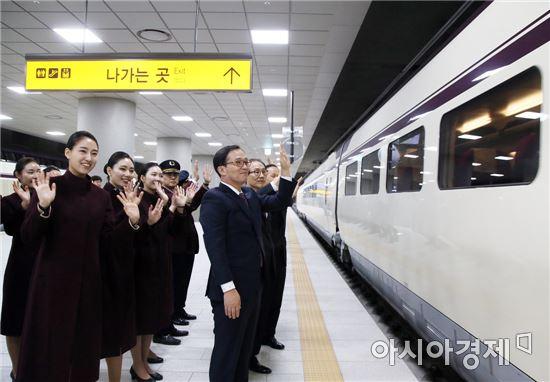 ▲김복환 대표이사(오른쪽 앞)와 SR 직원들이 오전 5시10분 목포행 첫 SRT 열차를 배웅하고 있다.