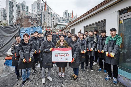 금호타이어 임직원들은 8일 서울 관악구 성현동 일대에서 '사랑의 연탄 나눔' 행사를 실시했다. 이날 임직원들은 성현동 일대의 저소득층 및 독거노인, 결손가정 등 소외 계층의 가정에 총 6000장의 연탄을 배달했다.