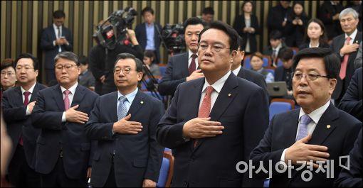 박근혜 대통령에 대한 탄핵소추안이 가결된 지난 9일의 새누리당 의원총회. 이정현 대표(앞줄 오른쪽 세번째)와 정진석 원내대표(앞줄 오른쪽 두 번째).