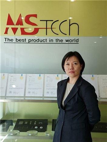 나연주 엠에스텍 대표가 다양한 특허기술을 소개하면서 포즈를 취하고 있다.