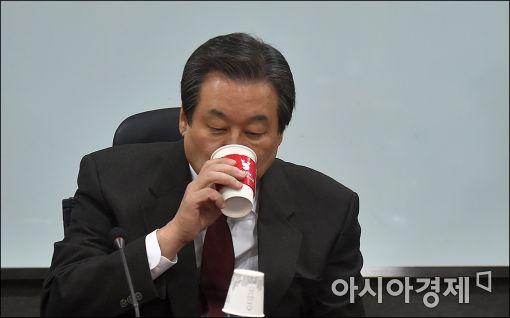 """[탄핵 가결] '비박 좌장' 김무성 """"헌재 판결 기다리겠다"""""""