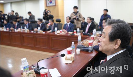 [포토]탄핵표결 앞둔 새누리당 비상시국회의