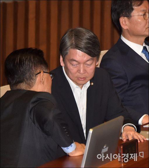 [포토]의견 나누는 박지원·안철수