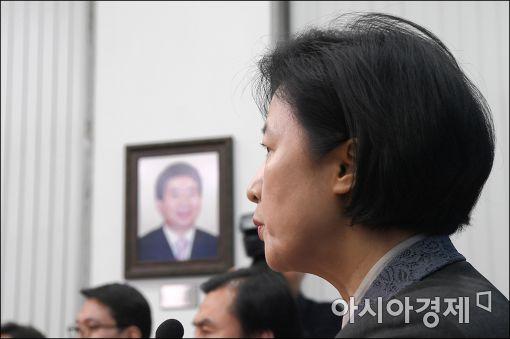 국회 당대표실에 뒤로 고(故) 노무현 전 대통령의 초상 사진이 걸려 있다.