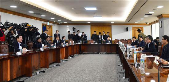 10일 서울 중구 은행회관에서 열린 관계기관 합동 비상경제대응반 회의에서 정부 관계자들은 경제 전반에 대한 모니터링을 강화키로 했다.
