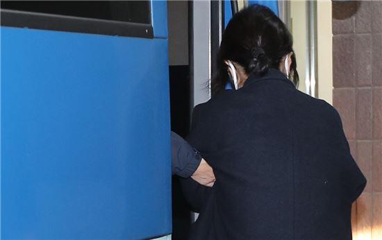 비선실세 최순실이 지난달 26일 서울중앙지검에 도착해 검찰 호송차량에서 내리고 있다. <사진제공: 연합뉴스>
