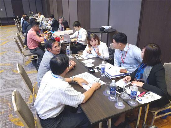 국내 중소기업 관계자들이 베트남에서 열린 수출상담회에 진출해 현지 바이어와 상담을 진행하고 있다.