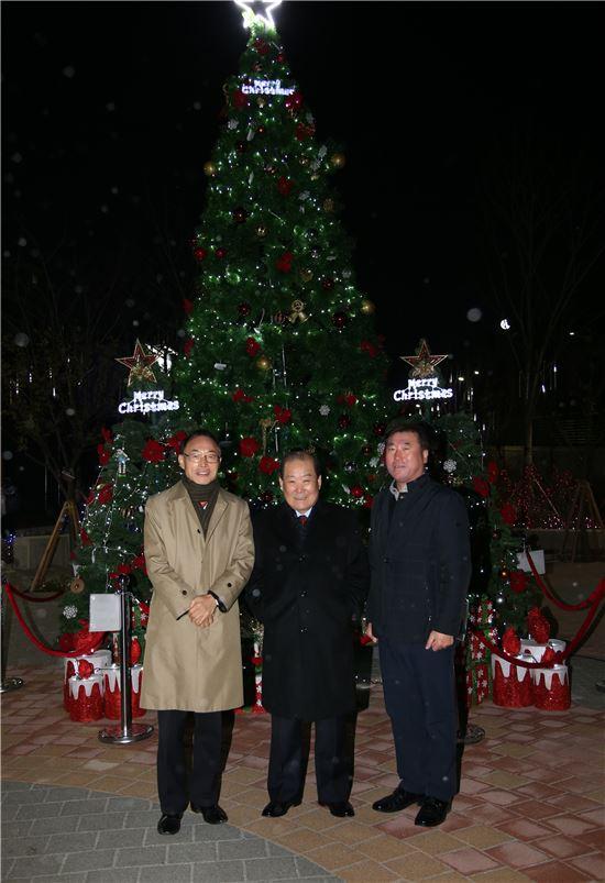 박홍섭 마포구청장(가운데)이 권혁재 한국출판협동조합 이사장(맨 왼쪽), 최병길 마포문화원장과 함께 점등 행사를 갖고 있다.