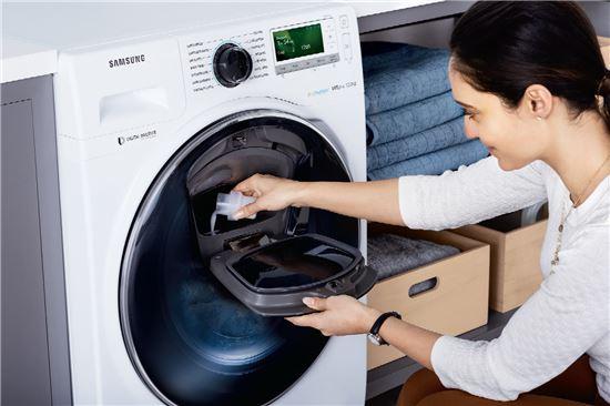 ▲삼성전자 모델이 삼성 애드워시 세탁기 사용법을 소개하고 있다. (제공=삼성전자)