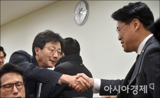 [포토]인사하는 유승민·정제원