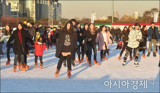 """[포토]""""여의도공원서 스케이트 즐겨요"""""""