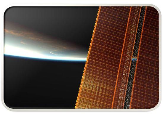 ▲ISS의 태양전지판 너머로 푸른 지구가 펼쳐지고 있다.[사진제공=NASA/토마스 페스케]