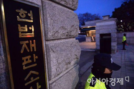 헌법재판소 앞에 '촛불 vs 맞불'