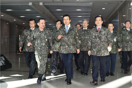 황교안 대통령 권한대행이 지난 11일 합참을 방문한 모습.<사진:총리실 제공>