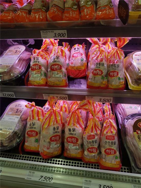 최근 한 대형마트에서는 AI여파로 감소한 소비수요를 촉진하기 위해 생닭 할인전을 진행했다.