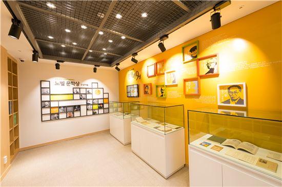 현대문학작품 영인본과 각종 문학상 수상 자료 놓인 특화자료실