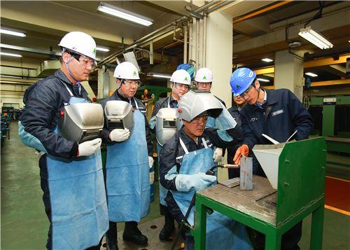 ▲현대중공업그룹 신임 임원들이 13일 현대중공업 기술교육원에서 '생산 기술 체험 교육'을 받고 있다.